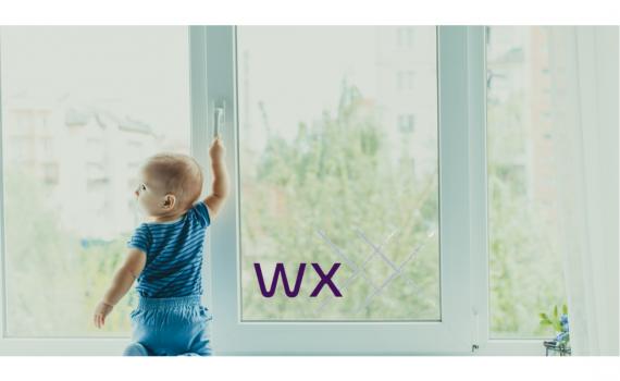Niño hogar ventana